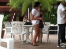 девушка без комплексов танцует в летнем кафе!